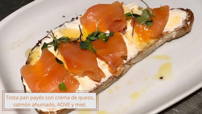 Tosta de queso, salmón ahumado, AOVE y miel